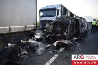 Tragedie in Arad. Un mort si 16 raniti intr-un grav accident rutier produs pe autostrada A1. A fost activat planul rosu de interventie VIDEO