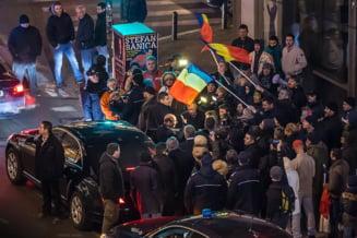 Traian Basescu, baie de multime in apropierea Guvernului