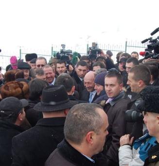 Traian Basescu a facut o baie si in multimea de la Cahul