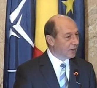 Traian Basescu ii asigura pe militari ca Romania va iesi din criza