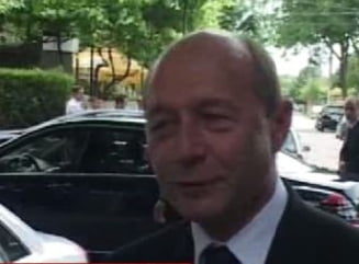 Traian Basescu s-a dus cu elicopterul la inmormantarea unui profesor