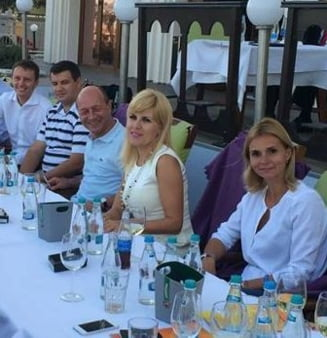 Traian Basescu si Elena Udrea, la terasa in statiunea Mamaia
