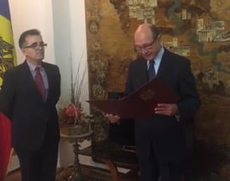 Traian Basescu si sotia au devenit cetateni ai Republicii Moldova. Azi au depus juramantul