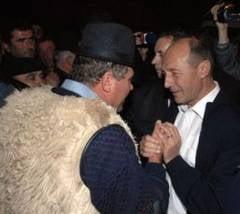 Traian Basescu sta cu spatele la sat, dar cu fata la oras (Opinii)