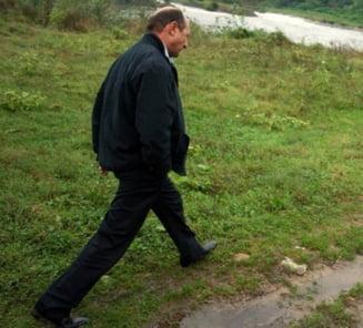 Traian Basescu viziteaza zonele inundate in vara