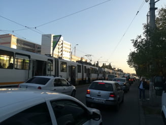 Tramvaie blocate in Bucuresti din cauza gazonului pus sa infrumuseteze liniile (Foto)