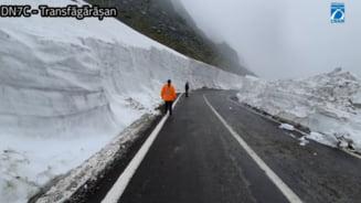 Transfagarasanul are nameti de 7 - 8 metri, iar in ultimele zile a nins din nou