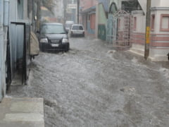 Transilvania si Moldova, cod galben de inundatii. Oameni luati de viitura, orase invadate de apa