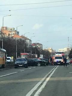 Trei autoturisme si un tramvai implicate intr-un accident