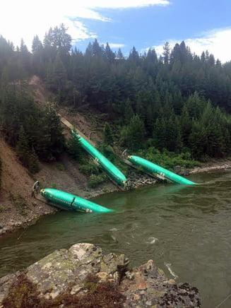 Trei avioane Boeing au cazut din tren, intr-o prapastie