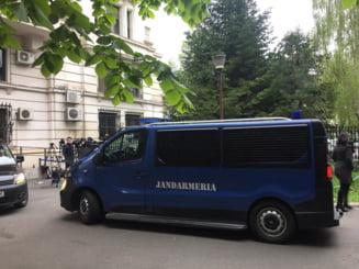 Trei barbati au fost amendati de jandarmi pentru ca au facut scandal la ICCJ la sosirea lui Dragnea