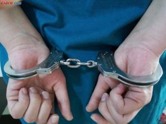 Trei braconieri din Arges au fost prinsi dupa ce au fugit de jandarmi si s-au rasturnat cu masina