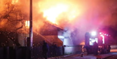 Trei case au ars la Vaduri