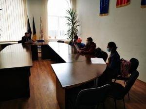 Trei elevi au mers la primarul Lucian Borfotina sa ii prezinte un proiect de mediu si sa afle date despre numeroasele investitii publice din comuna