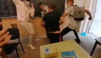 Trei elevi din Arad au fost reţinuţi şi unul internat la Psihiatrie, după o bătaie în şcoală VIDEO