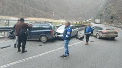 Trei masini s-au ciocnit pe DN7, in judetul Valcea. O persoana a fost ranita