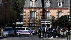 Trei persoane au fost retinute in Franta, dupa ce o functionara a Politiei a fost injunghiata mortal