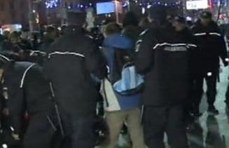 Trei protestatari din Piata Univeristatii, dusi la Politie