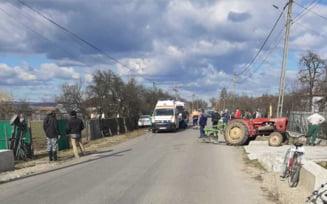 Trei raniti, dupa ce un autoturism si un tractor s-au ciocnit frontal. Doi pietoni, accidentati de tractorul care a ricosat pe trotuar