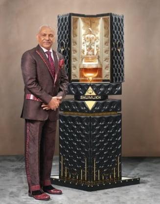 Trei recorduri mondiale pentru o sticla de parfum incrustata cu peste 3.500 de diamante