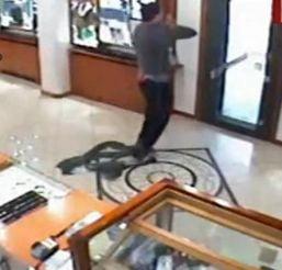 Trei romani, arestati dupa ce au jefuit un magazin de bijuterii din Italia (Video)