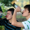 Trei sferturi dintre adolescenti au cunoscut bautura si drogurile pana la 17 ani - sondaj