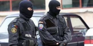 Trei tineri care incercau sa vanda droguri de 50.000 de euro, retinuti de politisti