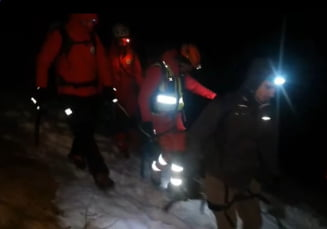Trei turisti blocati in Muntii Bucegi. Doi dintre ei, salvati de salvamontisti dupa o interventie de sapte ore VIDEO