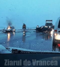 Trei victime si-un autoturism ars in urma unui accident produs intre Focsani si Garoafa