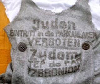 """Tricourile antisemite de la Paris, """"pe urmele"""" poneiului roz de la New York"""