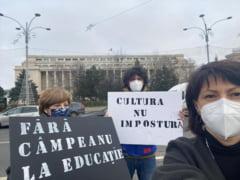 Tudor Chirila, Oana Gheorghiu si Carmen Uscatu, protest in Piata Victoriei fata de numirea lui Sorin Cimpeanu la Educatie