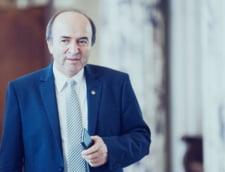 Tudorel Toader arata cu degetul inspre Parlament, ca raspuns la opinia critica a Comisiei de la Venetia