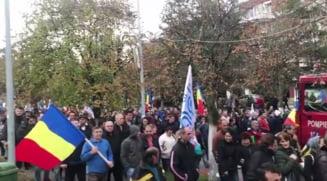 Tudose acuza Dacia, fara sa-i dea numele: Protestatarii doresc autostrazi, dar compania externalizeaza profitul