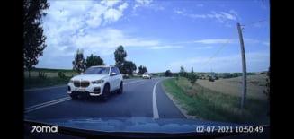 Tupeu inconstient al unui sofer cu BMW. Depasire periculoasa, in curba, pe linie dubla continua VIDEO