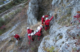 Turist recuperat de salvamontiști dintr-o zonă periculoasă, la circa 15 m înăltime de gura Izbucului Galbena din Bihor