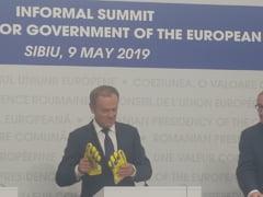 Tusk a venit la conferinta cu manusile primite de la Duckadam: Mi-a dat un sfat cum sa ne aparam interesele UE