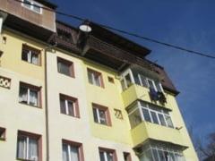 ULTIMA ORA: o femeie s-a aruncat de la mansarda unui bloc din Banatului!