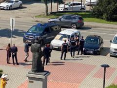 UPDATE: Barbatul care ameninta ca se arunca in aer in fata Prefecturii Bistrita a fost scos cu forta din masina de mascati VIDEO
