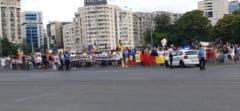 """UPDATE. Noi proteste in Piata Victoriei fata de """"dictatura sanitara"""". Doi manifestanti, amendati cu 2.500 de lei pentru ca nu au vrut sa se legitimeze"""