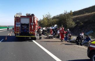 UPDATE Accident foarte grav pe Autostrada A1: un om a murit dupa ciocnirea unui microbuz cu un autoturism. O alta ciocnire a avut loc in coloana de masini