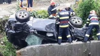 UPDATE Autoturism cu patru persoane, cazut intr-o rapa in judetul Bacau. Doua persoane au decedat