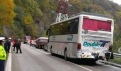UPDATE FOTO - Accident pe Valea Oltului intre Calimanesti si Sibiu. Sase masini implicate dupa ce un TIR a lovit un autocar