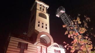 UPDATE FOTO Pompierii au reusit sa salveze Biserica din Strand. Focul a fost stins rapid