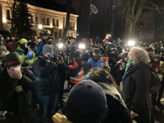 UPDATE Interdictia aproape totala a avortului intra in vigoare in Polonia. Sute de protestatari s-au adunat in fata Tribunalului din Varsovia