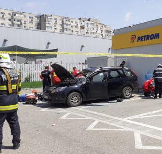 UPDATE O masina a explodat langa o benzinarie din Capitala. Un barbat a murit