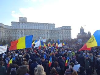 UPDATE Protest la Parlament: Peste 1.000 de persoane, printre care si membri AUR, scandeaza impotriva obligativitatii vaccinarii si a restrictiilor. Organizatorul, amendat