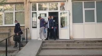 UPDATE Un sofer de la STB care a vrut sa sara de la etaj cu un copil in brate a fost oprit la timp de negociatorii politiei. A fost retinut pentru santaj VIDEO