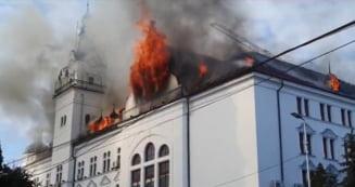 UPDATE VIDEO FOTO Incendiu la acoperisul cladirii Prefecturii din Suceava. 18 autospeciale de stingere, trimise la fata locului