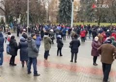 UPDATE VIDEO Protest la Chisinau, sute de persoane au raspuns la apelul Maiei Sandu. Tribuna centrala a Parlamentului, blocata