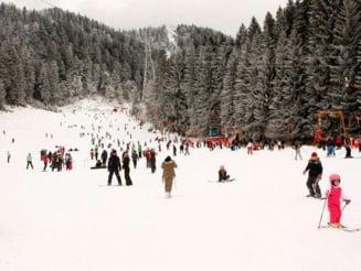 """UPDATE VIDEO Protest pe schiuri fata de taierea padurilor, in Poiana Brasov. """"Taiati pensiile speciale, nu padurile"""""""